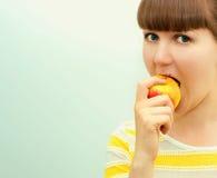 Ritratto della ragazza con la mela Immagini Stock Libere da Diritti