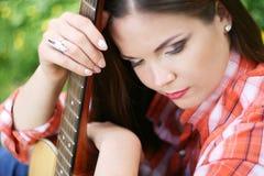 Ritratto della ragazza con la sua chitarra Fotografia Stock