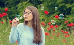 Ritratto della ragazza con le bolle di sapone Immagine Stock