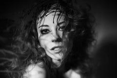 Ritratto della ragazza con le ombre sul suo fronte Fotografia Stock Libera da Diritti