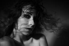Ritratto della ragazza con le ombre sul suo fronte Fotografia Stock
