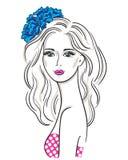 Ritratto della ragazza con un arco di fioritura del fiore Immagini Stock