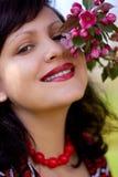 Ritratto della ragazza con un ramo sbocciante Fotografie Stock