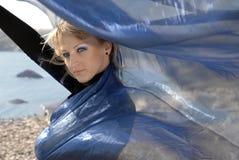 Ritratto della ragazza con un tessuto blu scuro Fotografia Stock