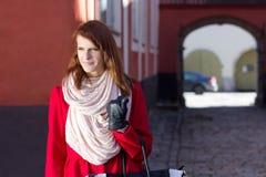 Ritratto della ragazza dai capelli rossi che cammina nella vecchia città di Tallinn Fotografie Stock Libere da Diritti