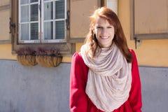 Ritratto della ragazza dai capelli rossi che cammina nella via Fotografie Stock