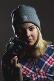 Ritratto della ragazza dei pantaloni a vita bassa che posa con la retro macchina fotografica Immagine Stock