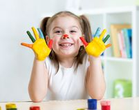 Ritratto della ragazza del bambino con il viso e le mani dipinti Immagine Stock Libera da Diritti