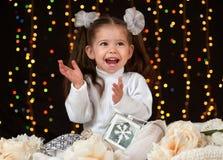 Ritratto della ragazza del bambino in decorazione di natale, emozioni felici, concetto di vacanza invernale, fondo scuro con illu Fotografia Stock Libera da Diritti