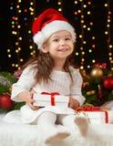 Ritratto della ragazza del bambino in decorazione di natale, emozioni felici, concetto di vacanza invernale, fondo scuro con illu Immagine Stock Libera da Diritti