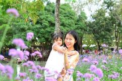 Ritratto della ragazza del bambino della figlia del bambino al festival del fiore di Bangkok Tailandia Asia del parco di re Rama  fotografia stock