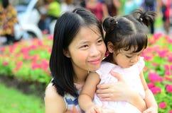 Ritratto della ragazza del bambino della figlia del bambino al festival del fiore di Bangkok Tailandia Asia del parco di re Rama  fotografia stock libera da diritti