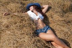 Ritratto della ragazza del brunette in breve e cappello Fotografie Stock