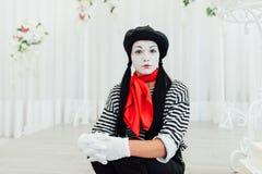 Ritratto della ragazza del mimo dei giovani con black hat fotografia stock libera da diritti