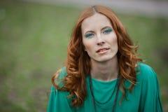 Ritratto della ragazza del redhair in vestito verde Immagini Stock