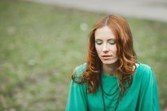 Ritratto della ragazza del redhair in vestito verde Immagine Stock