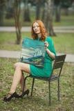Ritratto della ragazza del redhair in vestito verde con l'affresco in sue mani Fotografie Stock Libere da Diritti
