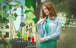 Ritratto della ragazza del redhair in vestito verde vicino all'affresco Immagini Stock
