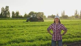 Ritratto della ragazza dell'agricoltore nel campo video d archivio