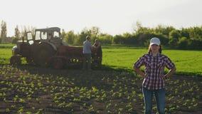 Ritratto della ragazza dell'agricoltore nel campo stock footage