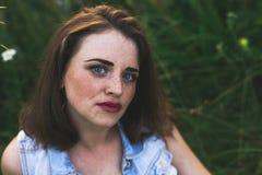 Ritratto della ragazza della testarossa con gli occhi azzurri fotografie stock libere da diritti