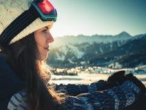 Ritratto della ragazza dello snowboarder sui precedenti dell'alta montagna Fotografia Stock