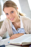 Ritratto della ragazza dello studente che studia duro Fotografie Stock