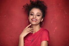 Ritratto della ragazza di afro di bellezza con il sorriso a trentadue denti Fotografia Stock