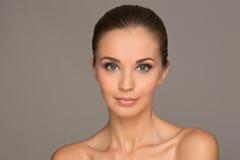 Ritratto della ragazza di bellezza Bella giovane donna isolata su Gray Bac fotografie stock