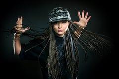 Ritratto della ragazza di dancing con i dreadlocks in cappuccio Immagini Stock