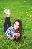Ritratto della ragazza di estate Sorridere della donna felice su estate soleggiata Immagini Stock