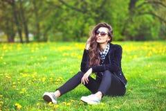 Ritratto della ragazza di estate Sorridere della donna felice su estate soleggiata Immagine Stock Libera da Diritti