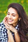 Ritratto della ragazza di estate Sorridere della donna felice su estate soleggiata Immagine Stock