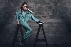 Ritratto della ragazza di modo in studio grigio Fotografia Stock Libera da Diritti