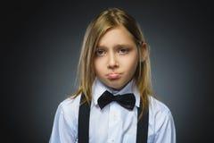 Ritratto della ragazza di offesa isolato su fondo grigio Emozione umana negativa, espressione facciale closeup fotografia stock
