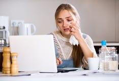 Ritratto della ragazza di ribaltamento con il computer portatile Immagine Stock