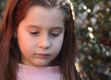 Ritratto della ragazza di sette anni all'aperto Fotografie Stock Libere da Diritti