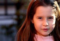 Ritratto della ragazza di sette anni all'aperto Immagini Stock Libere da Diritti