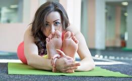 Ritratto della ragazza di sport che fa yoga che allunga esercizio Fotografie Stock Libere da Diritti