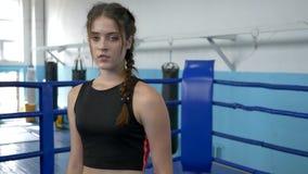 Ritratto della ragazza di sport stanco dopo l'allenamento duro in palestra sul ring