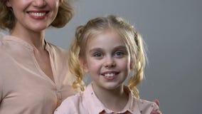 Ritratto della ragazza e della madre felici, diritti dei bambini, cura per la più giovane generazione video d archivio