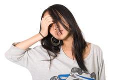 Ritratto della ragazza faticosa con una mano su una fronte Immagini Stock