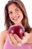Ritratto della ragazza felice che mostra mela rossa Immagini Stock