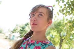 Ritratto della ragazza felice summertime tempo soleggiato Immagine Stock