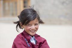 Ritratto della ragazza felice tibetana nel bianco Lotus School di Druk Ladakh, India Fotografie Stock
