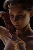 Ritratto della ragazza in gioiello immagini stock