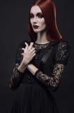 Ritratto della ragazza gotica con gli occhi neri fotografia stock