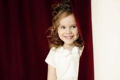 Ritratto della ragazza graziosa allegra con i ricci immagini stock libere da diritti