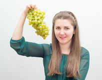 Ritratto della ragazza graziosa con l'uva Immagini Stock Libere da Diritti