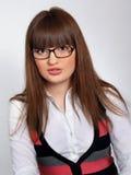 Ritratto della ragazza graziosa del brunette negli speacs di vetro Immagine Stock